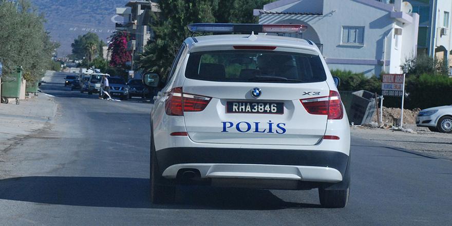Silah patladı, iki polis yaralandı