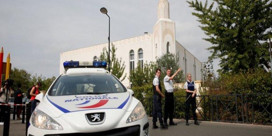 Paris'te bıçaklı saldırı: Ölüler ve yaralılar var