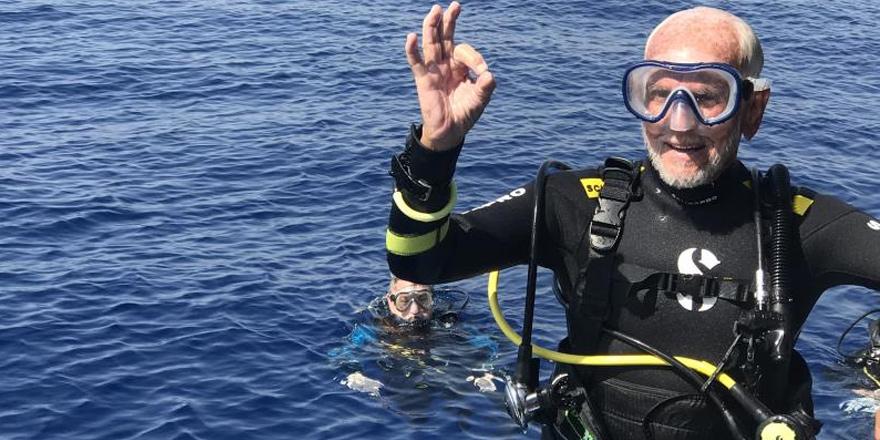 95 yaşındaki dalgıç, Larnaka'da rekor kırdı