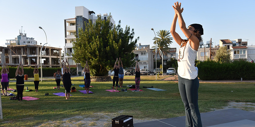 Sokak hayvanları yararına yoga