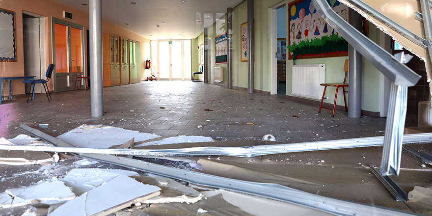 Güneyde bir okulu su bastı, bir anaokulunun giriş kısmı çöktü