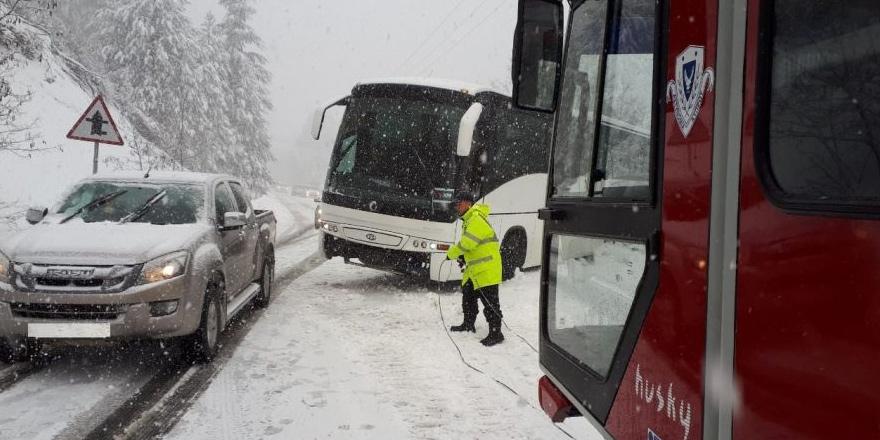 Turist otobüsü Trodos'ta mahsur kaldı