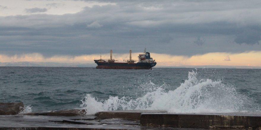 Fırtına nedeniyle bazı gemiler Girne açıklarına demirledi