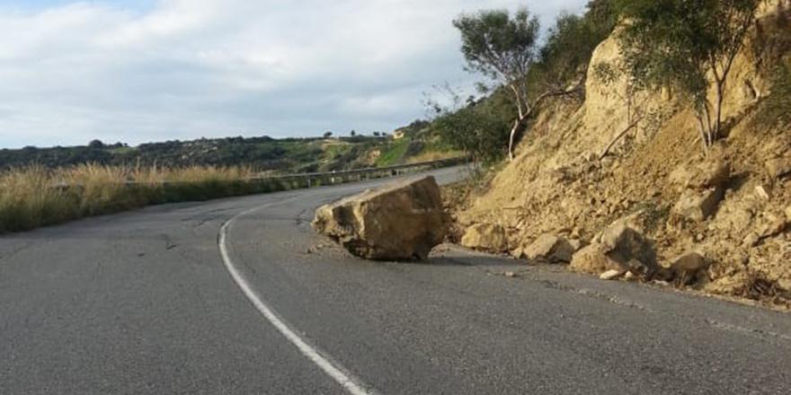 Yola düşen kaya kaldırıldı