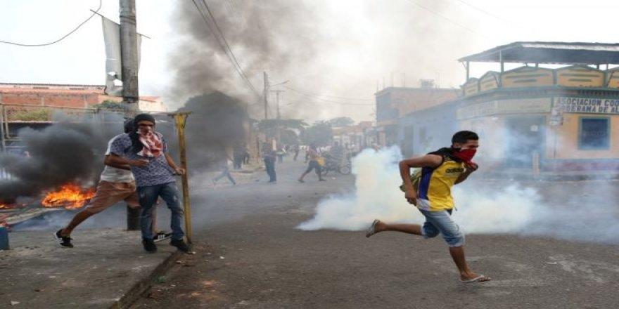 Venezuela ordusu Kolombiya sınırındaki göstericilere biber gazı attı