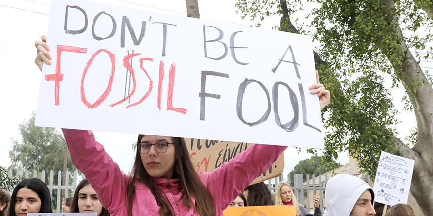 Derslere girmeyen binlerce öğrenci, iklim değişikliğine karşı sokakta