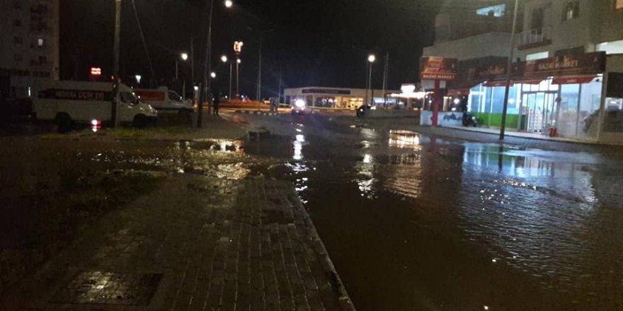Park yeri sular altında, yol kapatıldı