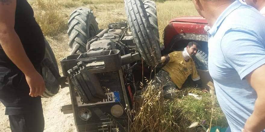 Traktör devrildi, altında kaldı