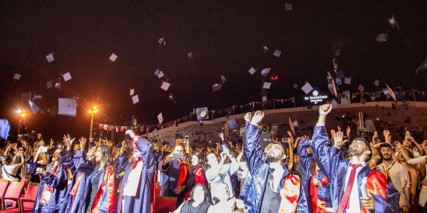 DAÜ'de mezuniyet sevinci
