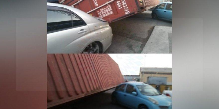 Konteyner devrildi, 3 araç hasar gördü