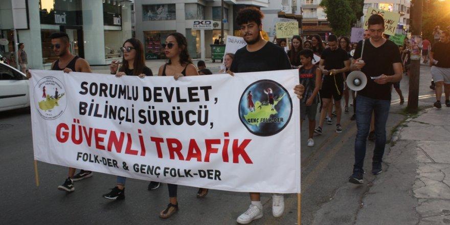 """Gençler """"Sorumlu devlet, bilinçli sürücü, güvenli trafik"""" için yürüdü"""