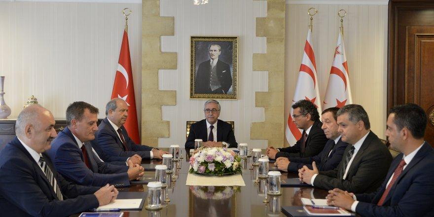 Saray'da partilerle 'müzakere' zirvesi