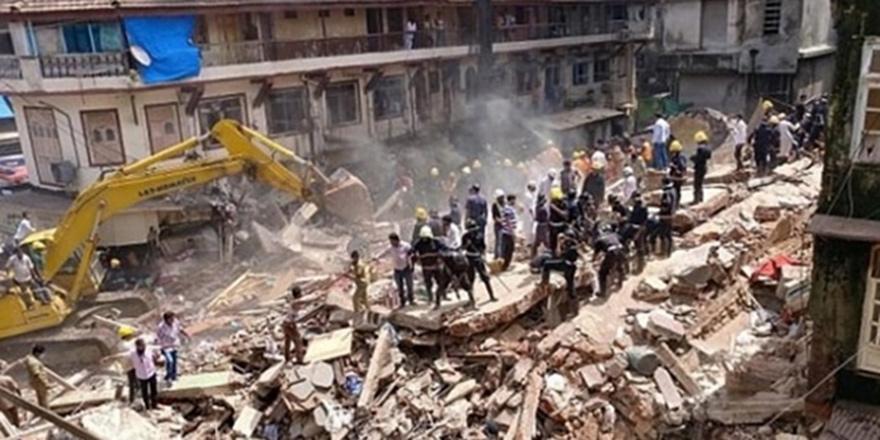 Hindistan'da asırlık bina çöktü: 5 ölü