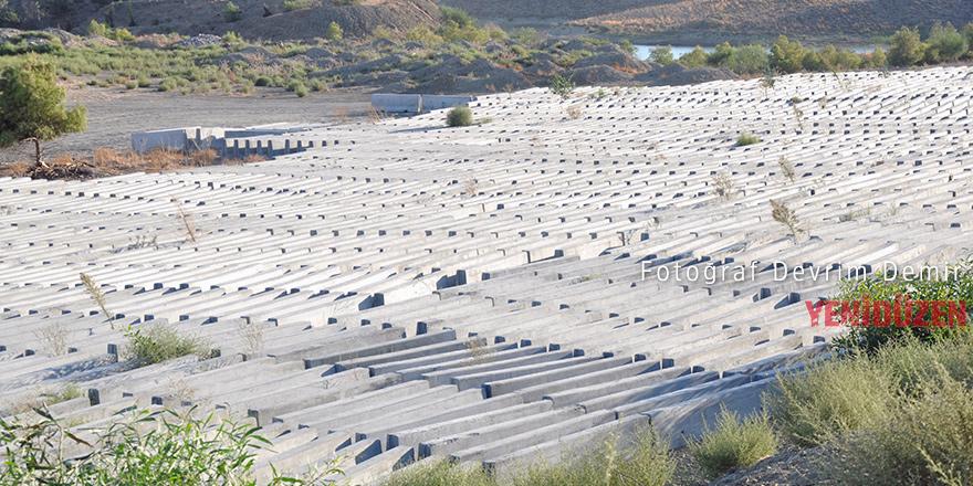 Yüzlerce beton bariyer atıl durumda
