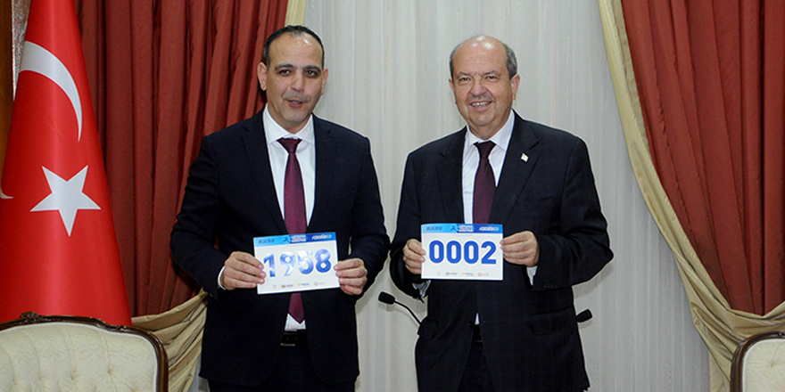 Harmancı, Tatar'a maraton numarasını takdim etti