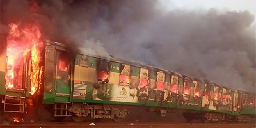 Pakistan'da trende yangın: 73 ölü
