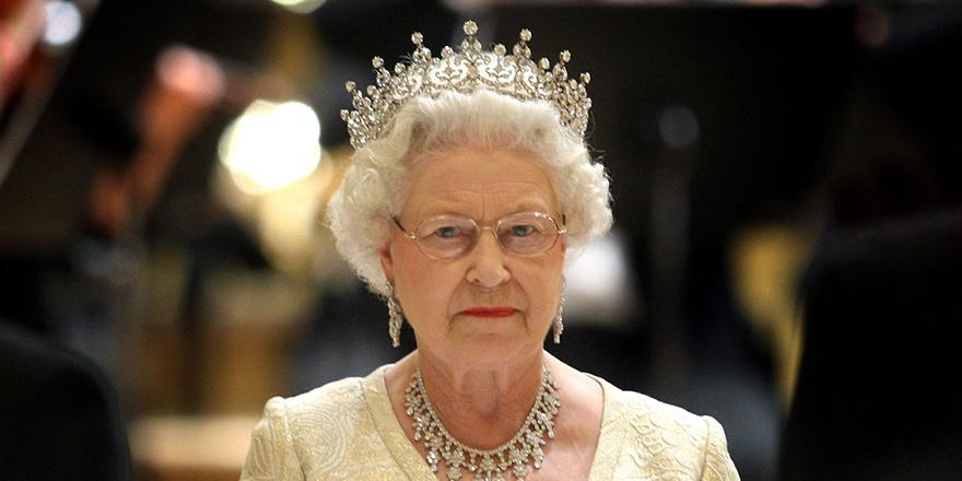 Kraliçe II. Elizabeth tahtı oğlu Prens Charles'a devrediyor