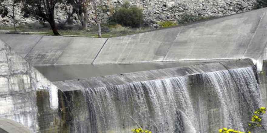 Yeşilyurt'ta su kanalı patladı