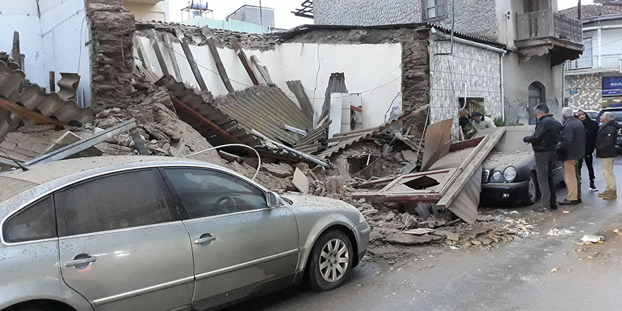 Bina arabaların üzerine yıkıldı