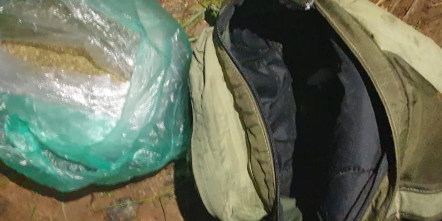 Sırt çantasından uyuşturucu çıktı