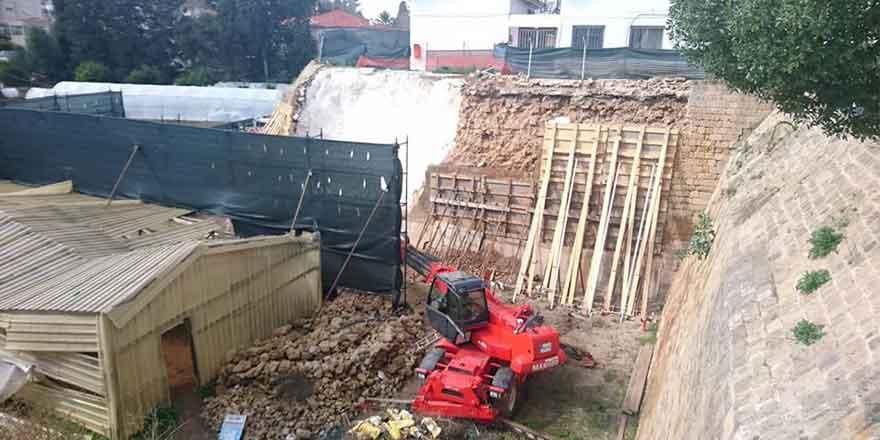 Çöken surların tamiri devam ediyor