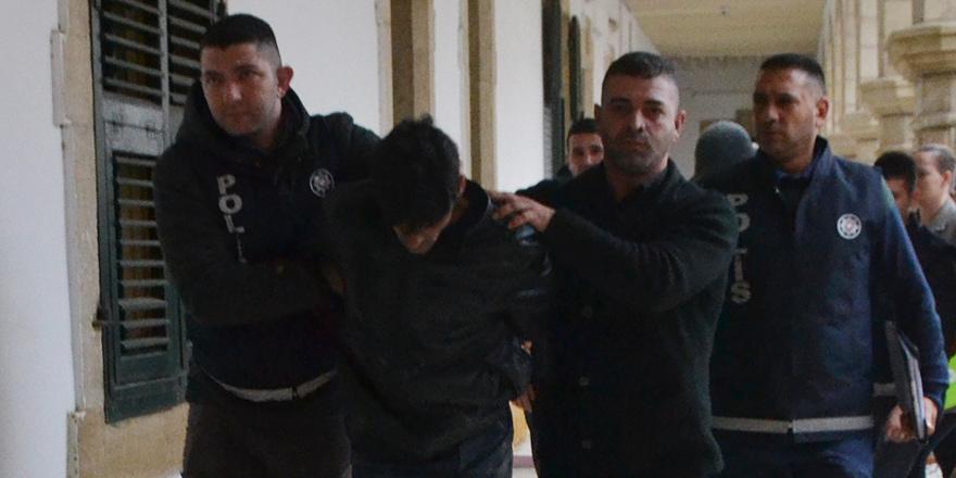Araç çaldı, polislere bıçak çekti: 9 ay hapis