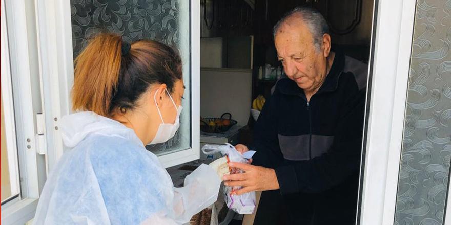İskele'de 65 yaş üstü kişilere ilaçları teslim edildi