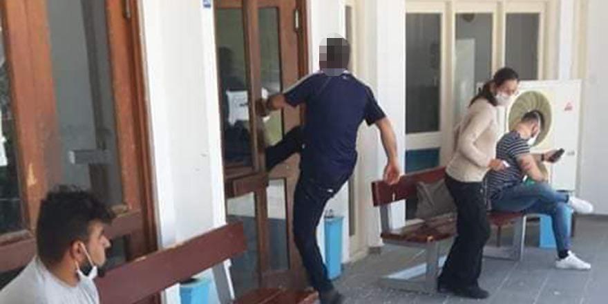 Hastanenin kapısına tekme attı