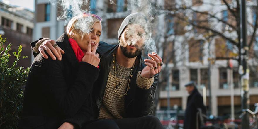 Her üç gençten ikisi sigara içenlerle seks yapmak istemiyor