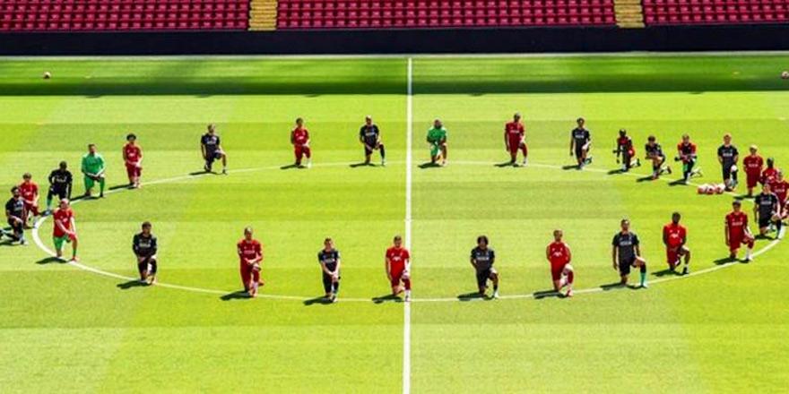 Liverpool oyuncuları da diz çöktü