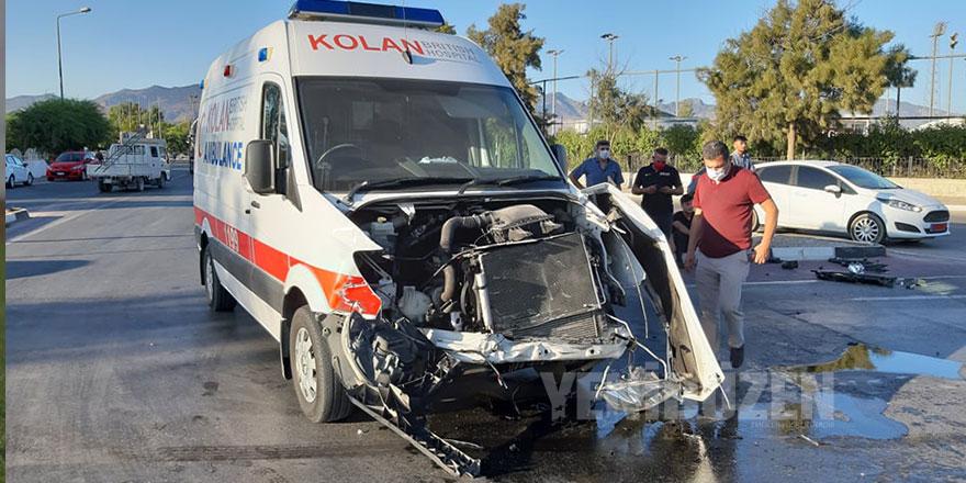 Ambulans ile kamyon çarpıştı