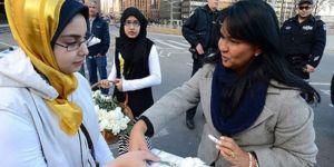 Mısırlı Kadınlardan Beyaz Karanfilli Protesto