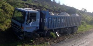 Taş yüklü kamyon ile van araç çarpıştı