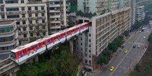 Çin'de içinden tren geçen bina