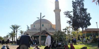 """Hala Sultan Tekkesi'nde """"turistler örtünsün"""" gerilimi"""