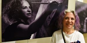 Kıbrıslı kadınların fotoğrafları ara bölgede sergilendi