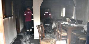 Evin içindeki eşyaları ateşe verdiler...