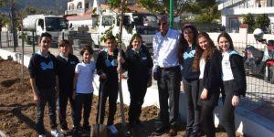 Gençler, yeni açılacak Sanat Parkı'na fidan dikti