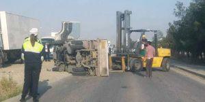 Dikkatsizlik kaza getirdi:  Beton sete çarpıp devrildi