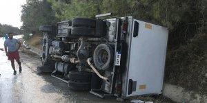 Dağ yolunda kamyon araç devrildi