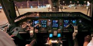 Kokpitte telefonun şarj etmeye çalışan yolcu uçaktan atıldı