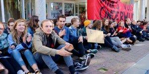 Öğrenciler üniversiteyi bastı