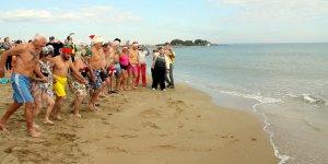 Noel kutlaması için denize girdiler