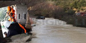 Limasol'da araç sel sularında sürüklendi