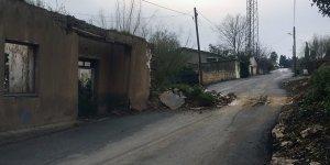 Kerpiç evin duvarı yıkıldı, yol kapandı
