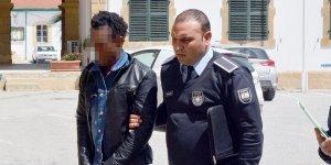 Senegalli geldi, Fransız olarak çıkmak istedi
