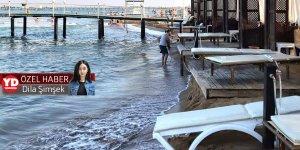 Şezlonglar denizin içinde