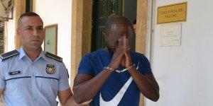 Sahte pasaportla geldi, çıkış yaparken yakalandı