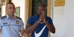 Kardeşine ait pasaportla geldi, çıkış yapmak isterken yakalandı