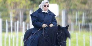 Kraliçe Elizabeth, Koronavirüs günlerini ata binerek geçiriyor